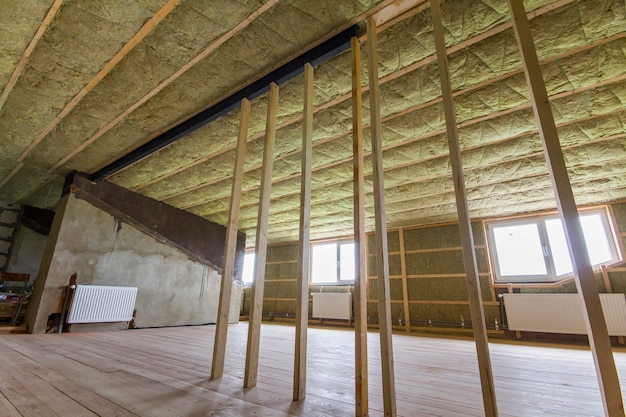 オーク材の床を備えた大きな明るく広々とした空の部屋の建設と改修
