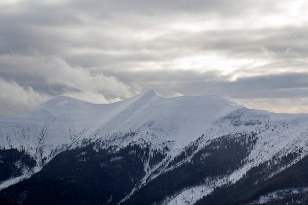 Зимний горный пейзаж.