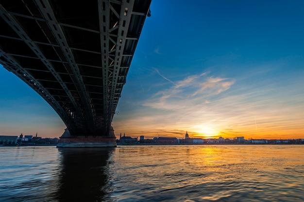 ライン川の美しい夕日/ライン川とフランクフルトアムマイン、ドイツの近くのマインツの古い橋。