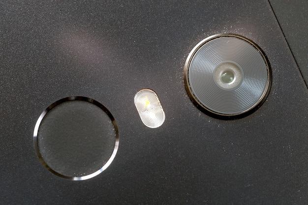 セキュリティ親指指紋スキャンデバイスとカメラ付き携帯電話のクローズアップの詳細。現代の技術セキュリティとスマートフォンのデザインコンセプト。