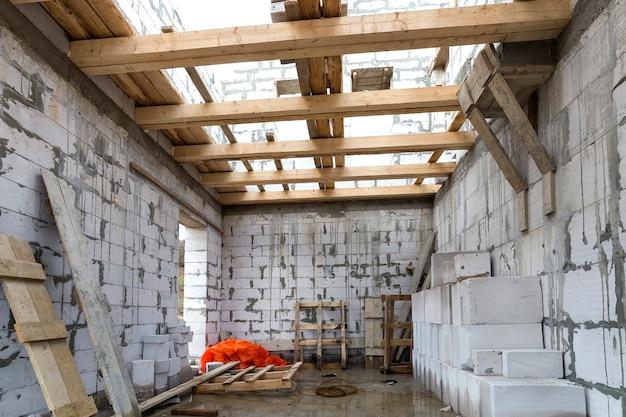 建設および改修中の家の部屋のインテリア。