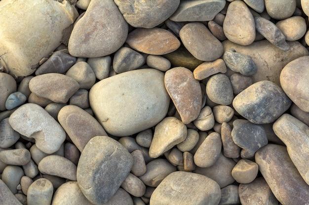 大小の灰色の川の石をクローズアップ