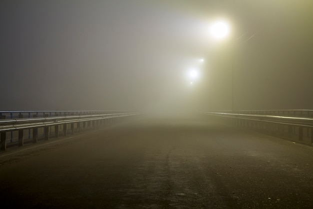 Густой туман над пустой дорогой ночью