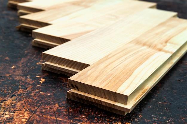 背景として木製の質感を持つ美しいラミネートまたは寄木細工の床のいくつかの板