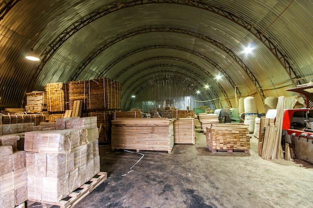 建設および修理用のさまざまな木材が詰め込まれた倉庫