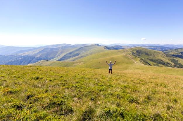 山に立っている孤独なハイカー。観光男は山の景色をお楽しみください