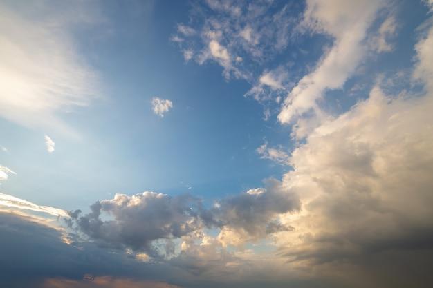 青い空は白いふくらんでいる雲で覆われています。