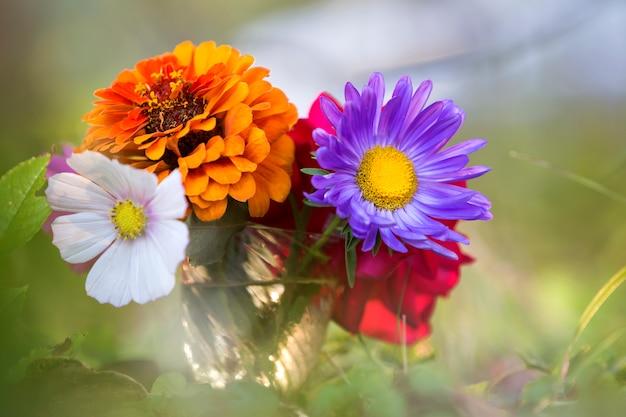 美しい秋の明るい色とりどりの野の花の組成のクローズアップ