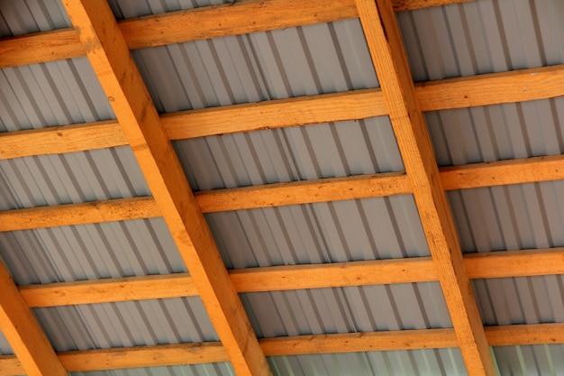 Деревянный каркас новой крыши изнутри. строительный каркас.