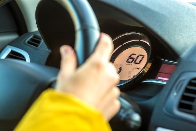 ステアリングホイールに手をドライバーと現代の車のインテリア。安全運転のコンセプト。