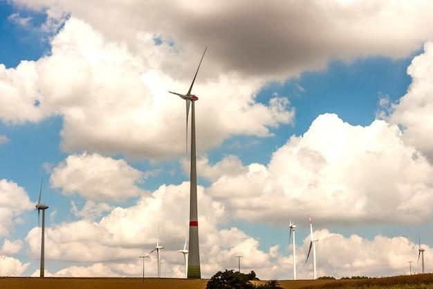 フィールド上の風車。風力発電機は、夏の風景を発電するタービンです。グリーン再生可能エネルギー。