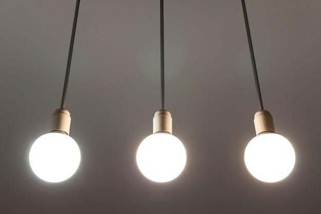 Светодиодные белые лампочки свисают с потолка. технология освещения.
