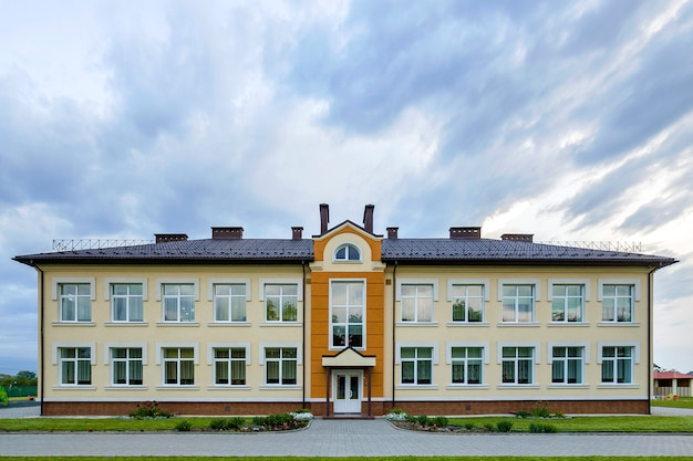 大きな窓がある幼稚園幼稚園の建物。アーキテクチャと開発コンセプト。