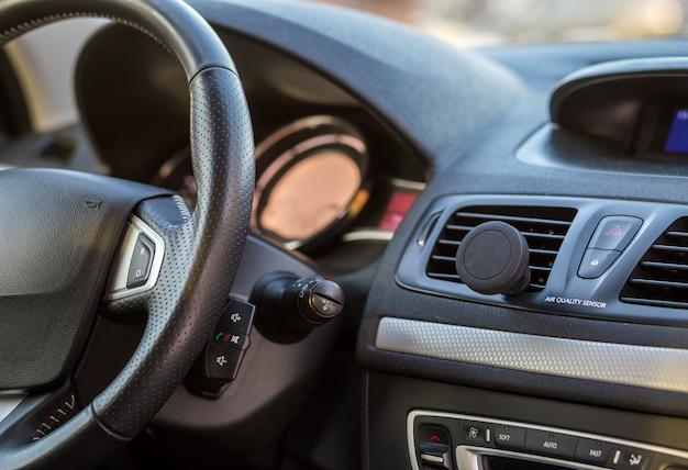 豪華な車内。ブラックグレー色のダッシュボードとステアリングホイール。交通、デザイン、近代的な技術コンセプト。