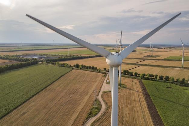クリーンな生態学的電気を生産するフィールドの風力タービン発電機の空撮。