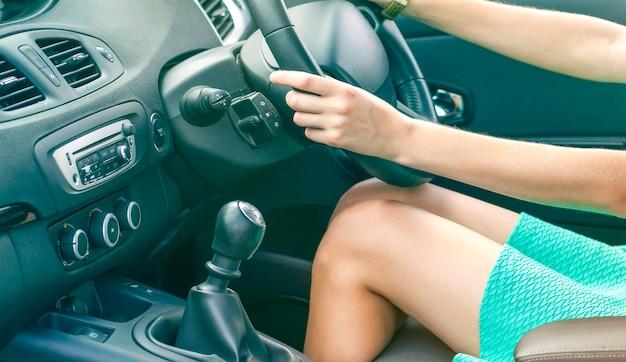 Женские ноги водителя в машине