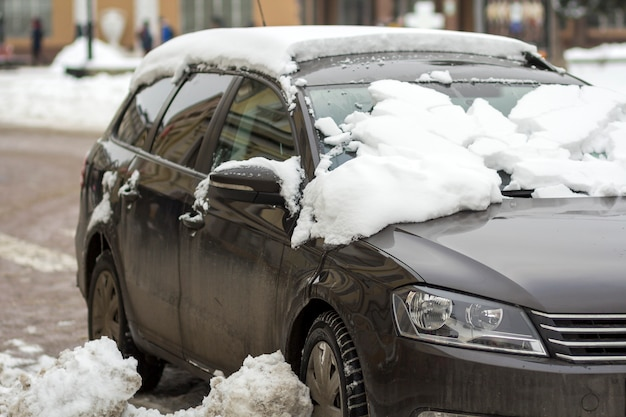 雪に覆われた路上の車
