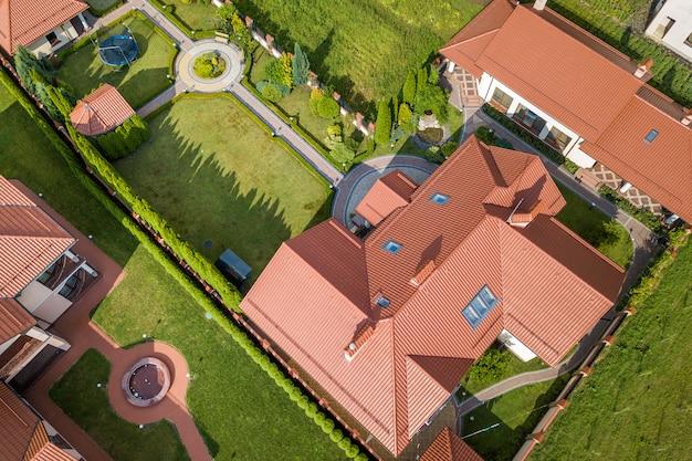 Вид с воздуха на жилой новый дом.