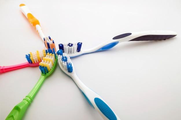 コピースペースで白い背景にカラフルな歯ブラシ。浅いマクロ。