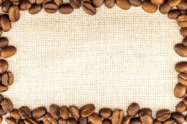 黄麻布のキャンバスとコーヒー豆を円形に配置