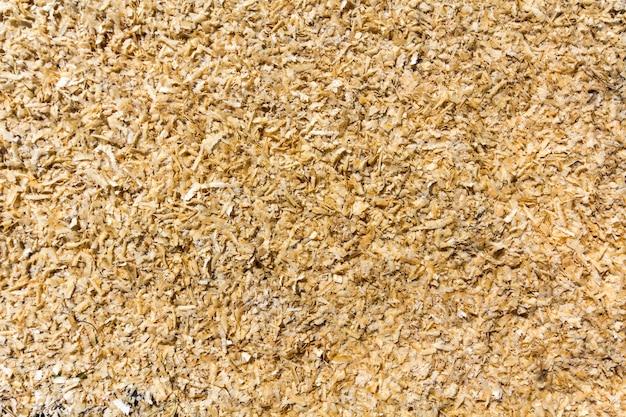 軽く柔らかい黄色茶色の天然樹皮木製チップ、リサイクル素材の表面。壁紙、デザイン、シーン。