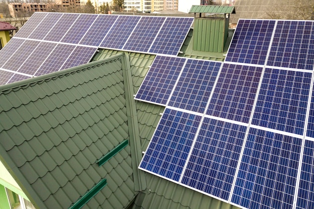 建物の屋根の青い光沢のある太陽光発電システムのクローズアップ表面。再生可能なグリーンエネルギー生産。