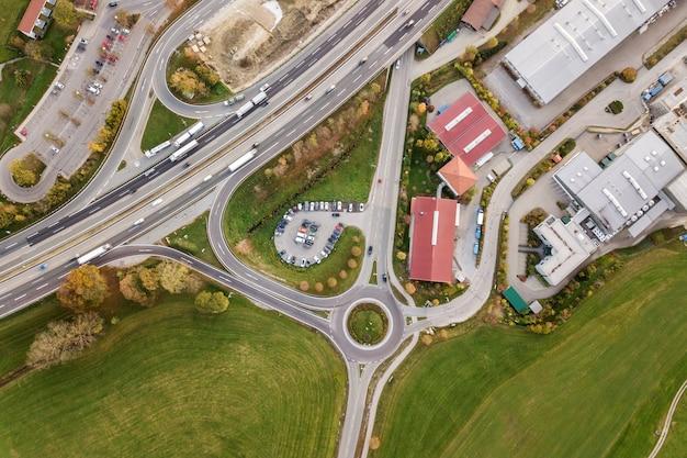 高速道路の州間道路を上から見下ろす空撮。