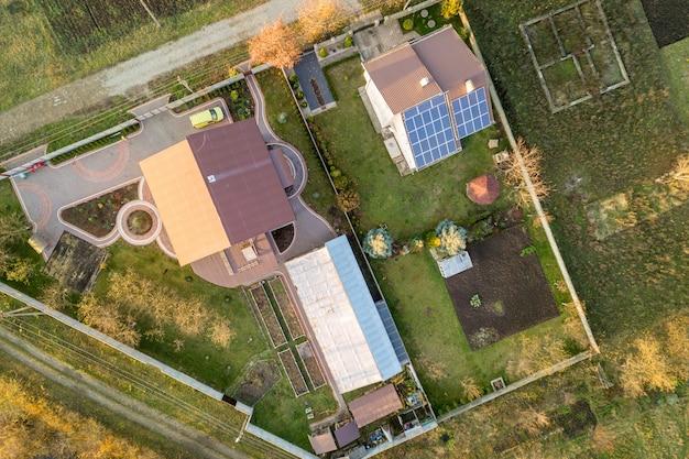 Воздушный ландшафт маленького города или деревни с рядами жилых домов и зеленых деревьев.