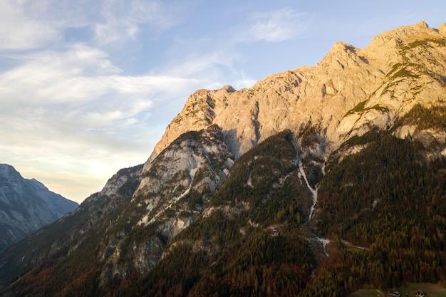 秋には常緑の松林に覆われた雄大なヨーロッパアルプスの山々の空撮。