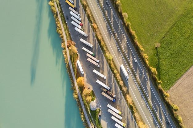 高速道路の高速道路と州道を駐車した大型トラックの駐車場の上空からの眺め。