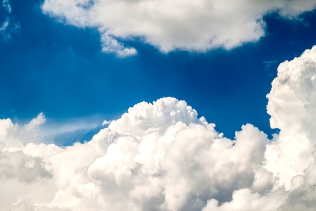 ふくらんでいる白い雲と青い活気のある空