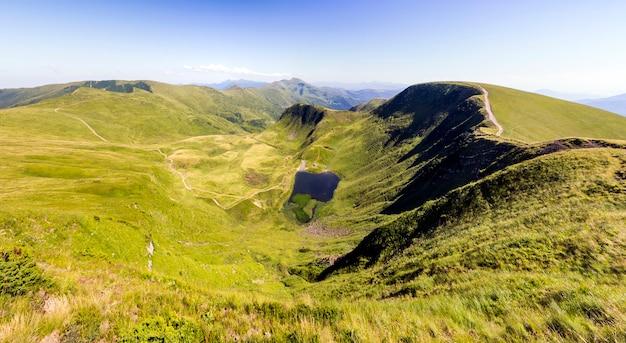 緑の山の丘の広いパノラマ。夏のカルパティア山脈。