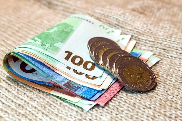 お金のユーロ硬貨と紙幣は、異なる位置で互いに積み重ねられました。お金。