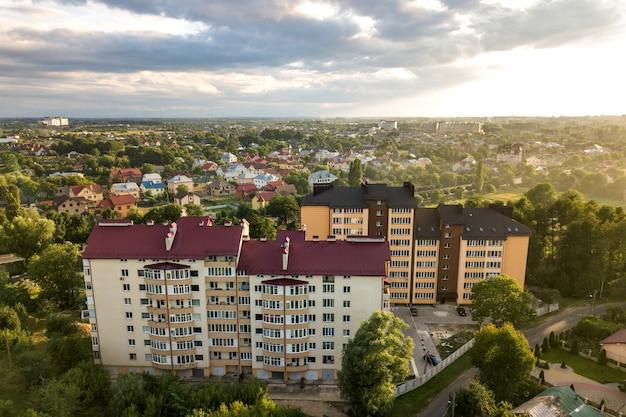 Вид с воздуха многоэтажных жилых домов в зеленом жилом районе.