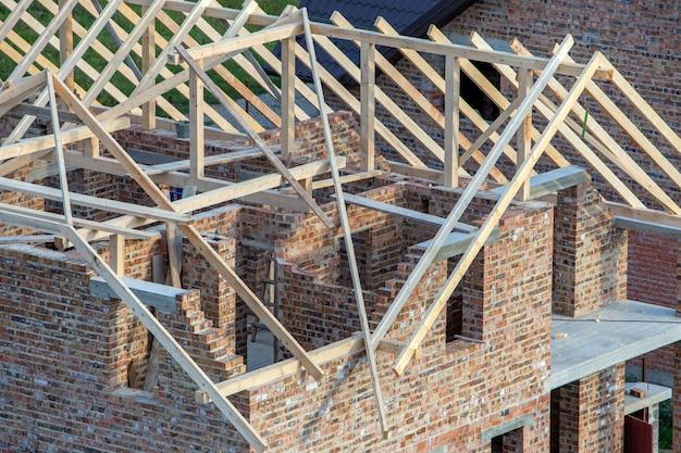 建設中の木製屋根構造を持つ未完成のれんが造りの家。