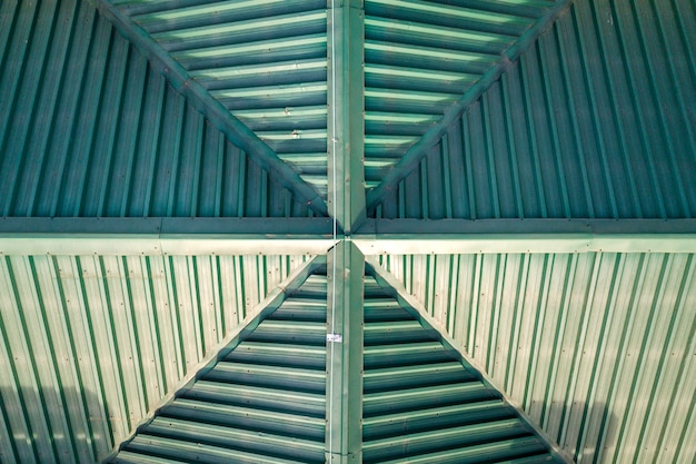 Верхний вид с воздуха на строительство зеленой черепицы черепичной крышей. абстрактный фон