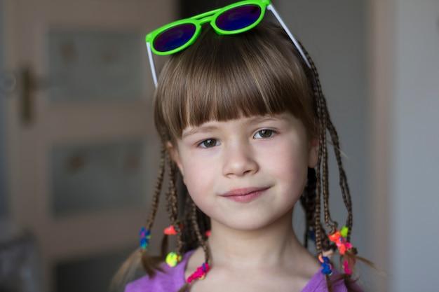 小さな三つ編みのかわいい女の子の肖像画
