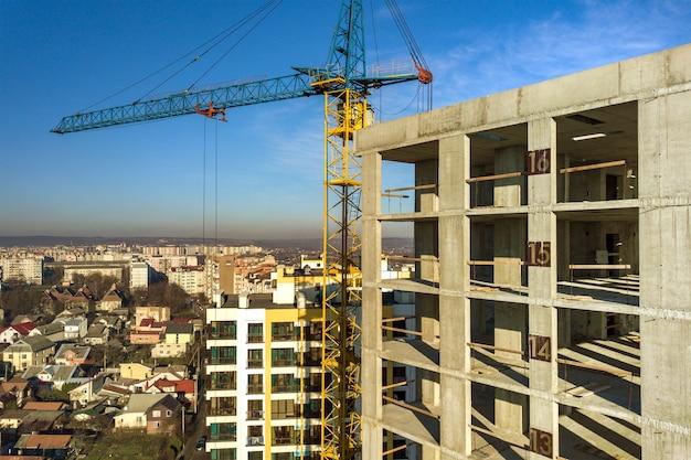 建設中の高層マンションのコンクリートフレームの空撮