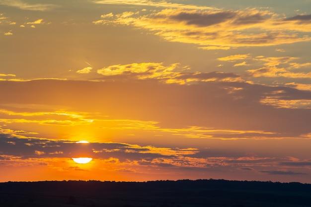 夕方には夕焼け空がオレンジ色のふくらんでいる雲で覆われています。