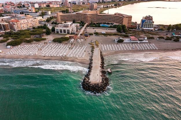 黒海沿岸にあるポモリエ市の空撮。多くのホテルの建物や観光インフラがある砂浜の平面図。