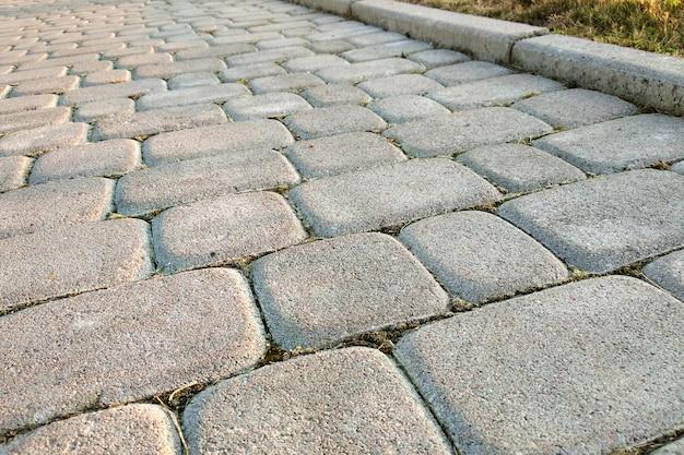 公園や裏庭でのスラブ石舗装道路のクローズアップ。家の庭で歩道の歩道。