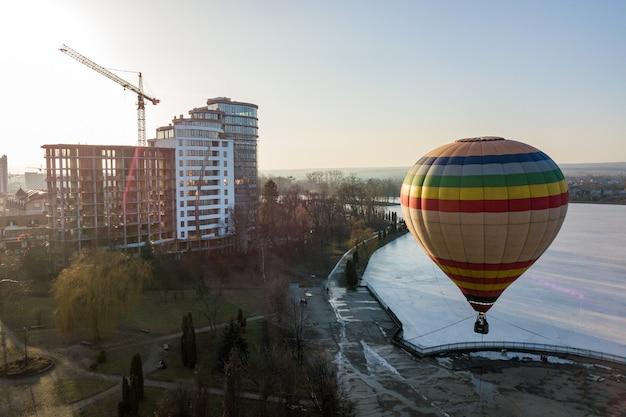 都市公園におけるカラフルなストライプの気球。