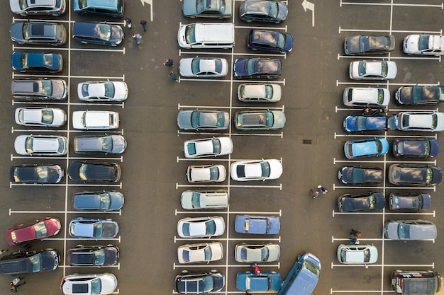駐車場に駐車している多くの車の平面図。