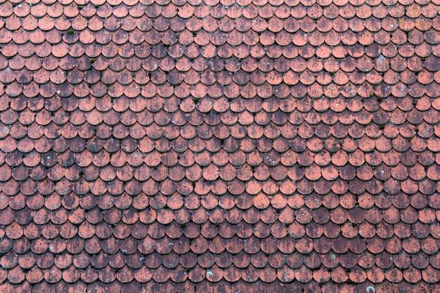 赤いタイルで覆われた古い屋根