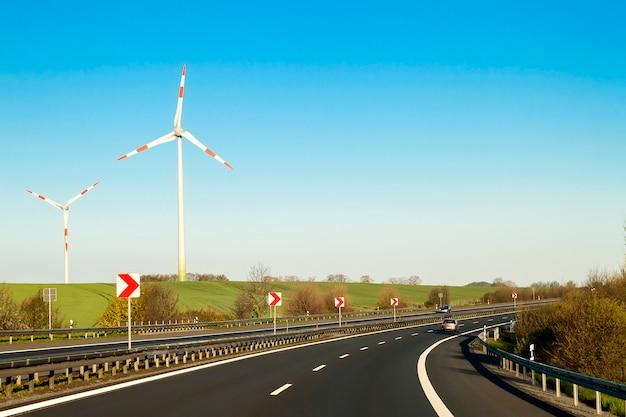 両側に高い壁があるドイツの高速道路の高速道路