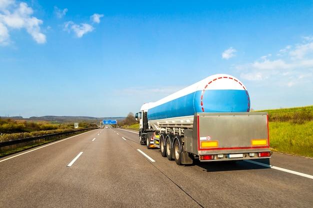 高速道路で大きな燃料ガスタンケリトラック