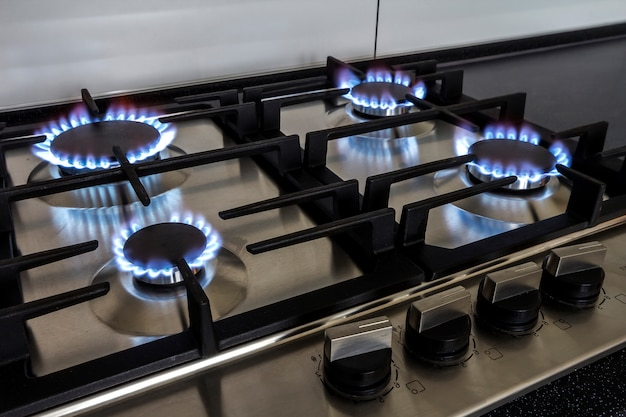 Съемка крупного плана огня от газовой кухонной плиты.