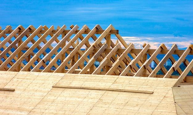 屋根の建設。木造屋根フレーム住宅建設