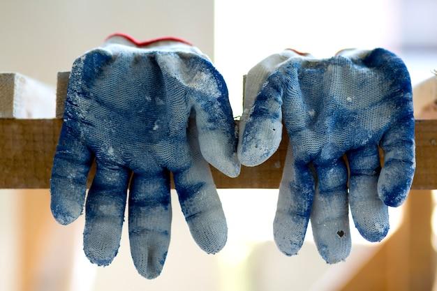 Использовали старые грязные рваные рабочие перчатки как метафору, концепцию или символ конца рабочего сезона.