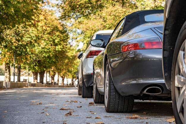 Современные автомобили, припаркованные на городской улице в жилом районе
